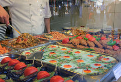 Konfektaffär och foods i Istanbul, Turkiet Arkivfoto