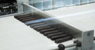 Konfektfabrik Chokladproduktion Magasin med chokladstänger fortskrider transportören 4K lager videofilmer
