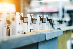 Konfektions- elektroniska bräden ställning i träaskar Royaltyfria Foton