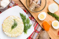 Konfektions- rysk maträtt - Mimoza sallad Ingredienser för matlagning arkivfoton