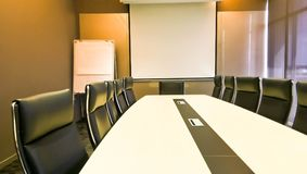 Konferencja lub pokój konferencyjny z pomarańczowym oświetleniem jako backdrope fotografia stock