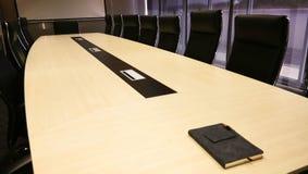Konferencja lub pokój konferencyjny z pomarańczowym oświetleniem jako backdrope zdjęcie stock