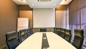 Konferencja lub pokój konferencyjny z pomarańczowym oświetleniem jako backdrope obrazy royalty free
