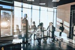 Konferencja międzynarodowa helding w nowożytnym biurze z szklaną ścianą fotografia royalty free