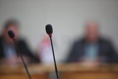 Konferencja mikrofony w przodzie zdjęcia royalty free