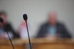 Konferencja mikrofony w przodzie fotografia royalty free