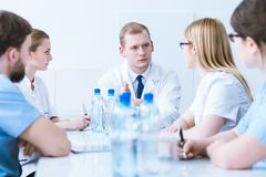Konferencja z lekarkami w medycznych fartuchach zdjęcia royalty free