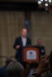 Konferencyjny mówca przy podium świecznikiem Obraz Royalty Free