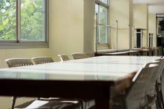 Konferencyjny stół i sala lekcyjnych biurka lub sometime Łomota ta ja Obraz Royalty Free