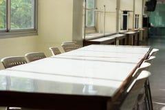 Konferencyjny stół i sala lekcyjnych biurka lub sometime Łomota ta ja Zdjęcie Royalty Free