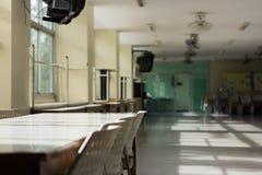 Konferencyjny stół i sala lekcyjnych biurka lub sometime Łomota ta ja Zdjęcia Stock