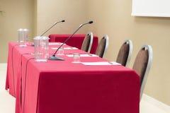 Konferencyjny stół z microhones fotografia royalty free