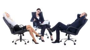 Konferens eller möte i regeringsställning - av att sitta för tre affärspersoner Arkivbilder