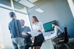 Konferens för affärsfolk i modernt kontor Arkivbild