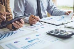 Konferens för affärsfolk och diskutera diagrammen och graferna Arkivfoton