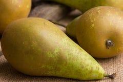Konferens för flera päron på brun linnebakgrund - closeup Arkivbilder