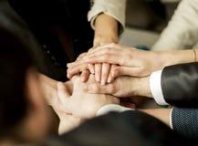 Konferensen av entreprenörer Vikningen av händer tillsammans och lyfter upp dem royaltyfria bilder