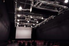 Konferenskorridor med röda stolar Royaltyfria Bilder