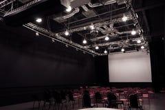 Konferenskorridor med röda stolar Royaltyfri Foto