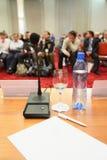 Konferenz in der Halle. Fokus auf Flasche. Lizenzfreies Stockfoto