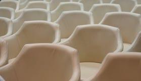Konferenzsaal bevor dem Treffen lizenzfreie stockbilder