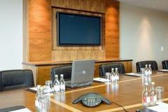 Konferenzsaal-Innenraum mit großem Bildschirm Stockbild