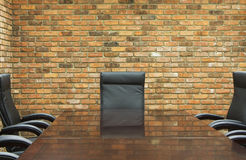 Konferenzsaal mit Backsteinmauer Lizenzfreie Stockfotografie