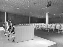 Konferenzsaal mit Präsidententabelle und Stühlen. Stockbild