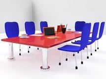 Konferenzsaal mit rotem Schreibtisch und Stühlen Stockfotos