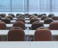 Konferenzsaal mit Tabelle und Stuhl stockbild