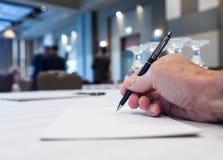 Konferenzsaal mit Tabellen mit der Hand Stockfotos