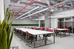 Konferenzsaalinnenraum mit leeren Stühlen und einem Projektorschirm lizenzfreies stockbild