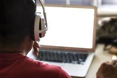 Konferenzschaltung mit Kopfhörer und Laptop Stockfotografie