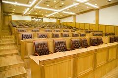Konferenzsäle mit Lehnsesseln und Tabellen Stockfotos