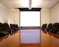 Konferenzzimmer mit Bildschirm Stockfotografie