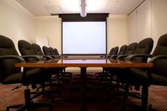 Konferenzzimmer mit Bildschirm Lizenzfreies Stockbild