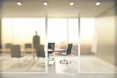 Konferenzzimmer mit Mattglaswänden stockbild