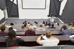 Konferieren Sie am Hochschulvortragtheater, Publikum POV lizenzfreies stockbild