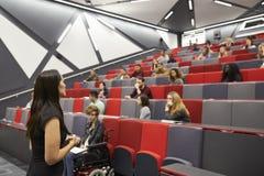 Konferierende Studenten der Frau in einem Hochschulvortragtheater lizenzfreie stockfotografie