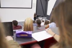 Konferierende Studenten der Frau in einem Vortragtheater, Student POV stockfotografie