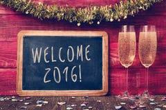 Konfetti-, Champagner- und Textwillkommen 2016 Lizenzfreies Stockfoto