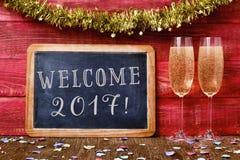 Konfetti-, Champagner- und Textwillkommen 2017 Stockfoto