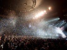 Konfetti fliegt in die Luft während der Möglichkeit das Rapper-Konzert Stockbild