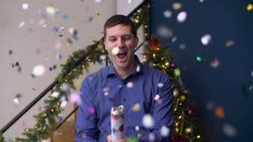 Konfetticracker des ekstatischen Mannes explodierender Weihnachts stock footage