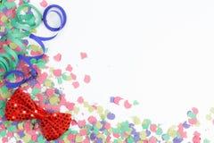 Konfettier, banderoller och röd pilbåge Royaltyfria Foton