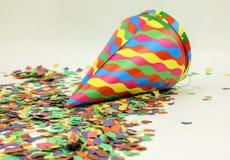 Konfettier och färgrika hattar royaltyfri foto