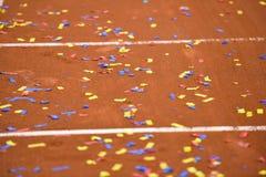 Konfettier på en tennisleradomstol Royaltyfri Bild