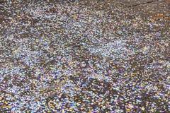 Konfettier på gatan arkivbild