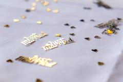 Konfettier på tabellen Arkivbilder