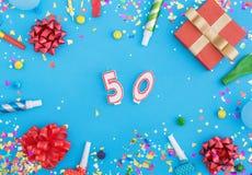 Konfettis der verschiedenen Partei, Ballone, Geschenkbox und Nr. 50 Lizenzfreie Stockfotos